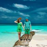 Paar in groen op een strand in de Maldiven Royalty-vrije Stock Afbeelding