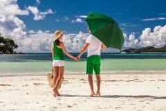 Paar in groen op een strand in Seychellen Stock Afbeeldingen