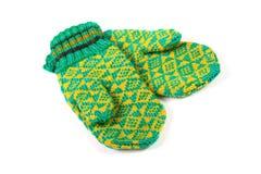Paar groene gebreide handschoenen Stock Foto's