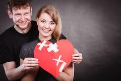 Paar hält defektes Herz verbunden in einem Lizenzfreies Stockfoto