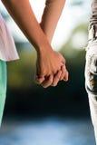 Paar-Händchenhalten Stockfoto