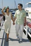 Paar-Händchenhalten beim Gehen auf Pier Stockfotos