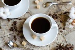 Paar höhlt alten hölzernen Stumpf des Kaffees Lizenzfreie Stockbilder
