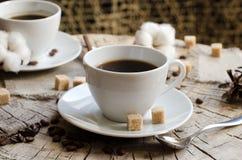 Paar höhlt alten hölzernen Stumpf des Kaffees Lizenzfreies Stockbild