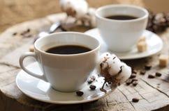 Paar höhlt hölzernen Stumpf des Kaffees lizenzfreies stockbild