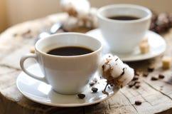 Paar höhlt hölzernen Stumpf des Kaffees stockbilder