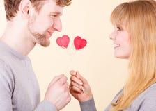 Paar in hartelijk ogenblik stock foto's