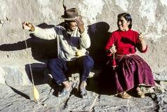 Paar hat den Spaß, der zusammen stricken in Insel von Taquile tut Lizenzfreies Stockfoto