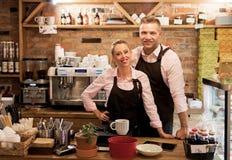 Paar hat ihr eigenes Café begonnen lizenzfreie stockbilder