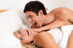 Paar hat Spaß im Bett. Gelächter, Freude und Eroticism Stockfoto