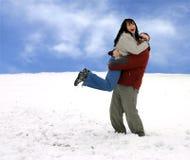 Paar - Hebbend Pret in Sneeuw Stock Foto's