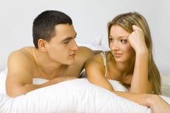 Paar in het bed Stock Fotografie