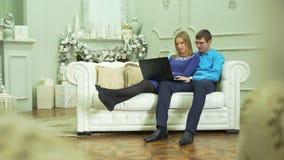 Paar het bekijken foto's op laptop in Kerstmis stock video