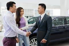 Paar het bezoeken het autohandel drijven stock afbeelding