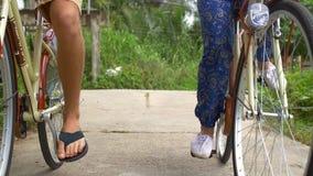 Paar het cirkelen langs een weg in het Vietnamese platteland stock video