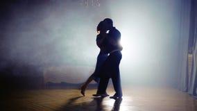 Paar het dansen salsa in de mist stock footage