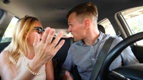 Paar het drijven in de auto, een man en een vrouw in de auto door de straten van de stad en de ruzie Schreeuw bij elkaar stock video