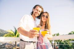 Paar het drinken cocktails bij bar royalty-vrije stock afbeelding