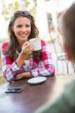Paar het drinken koffie bij koffie Royalty-vrije Stock Afbeelding