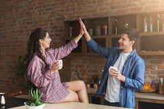 Paar het drinken koffie in hun zolderkeuken stock foto's