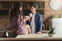 Paar het drinken koffie in hun zolderkeuken stock foto
