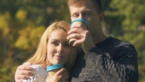Paar het drinken koffie openlucht, cafeïne als eerste ding in ochtend, verslaving stock videobeelden