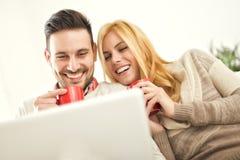 Paar het drinken koffie thuis Stock Afbeelding