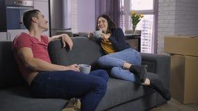 Paar het drinken thee na zich het bewegen aan nieuw huis stock video