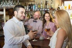 Paar het drinken wijn bij bar Royalty-vrije Stock Afbeelding