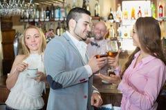 Paar het drinken wijn bij bar Stock Afbeelding