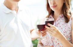 Paar het drinken wijn op middelbare leeftijd op het de zomerterras - bebouwd beeld stock afbeelding