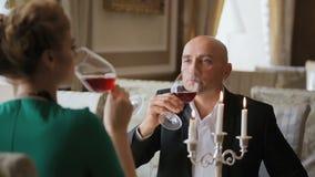 Paar het drinken wijn in restaurant stock footage
