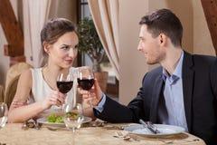 Paar het drinken wijnstok Stock Foto