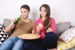 Paar het eten en horlogetv Royalty-vrije Stock Afbeelding