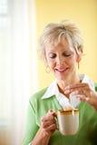Paar: Het hebben van een Kop thee Stock Foto's