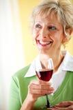 Paar: Het houden van een Glas Rode Wijn Stock Foto
