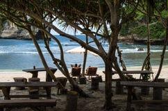 Paar het koelen bij Atuh-Strand, Nusa Penida Bali, Indonesië Royalty-vrije Stock Fotografie