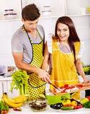 Paar het koken bij keuken. Royalty-vrije Stock Afbeelding