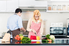 Paar het koken in modieuze en moderne keuken Royalty-vrije Stock Foto