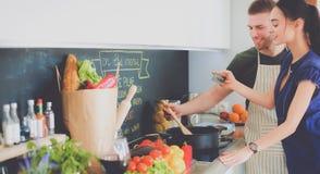 Paar het koken samen in hun keuken thuis Stock Afbeelding