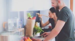 Paar het koken samen in hun keuken thuis Royalty-vrije Stock Afbeeldingen