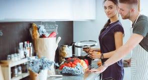 Paar het koken samen in hun keuken thuis Royalty-vrije Stock Foto