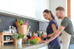 Paar het koken samen in hun keuken thuis Stock Foto
