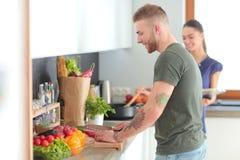Paar het koken samen in hun keuken thuis Stock Fotografie