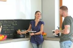 Paar het koken samen in hun keuken thuis Royalty-vrije Stock Foto's