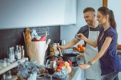 Paar het koken samen in hun keuken thuis Royalty-vrije Stock Fotografie
