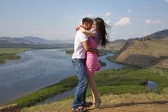 Paar het kussen in bergen Royalty-vrije Stock Afbeeldingen