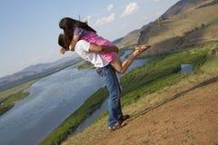 Paar het kussen in bergen Royalty-vrije Stock Foto's