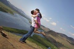 Paar het kussen in bergen Stock Foto's