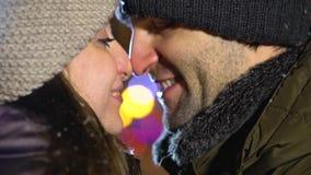Paar het kussen bij selfi camerac stock video